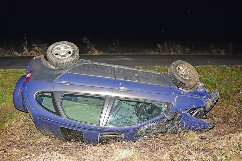 Dachowanie samochodu osobowego [FOTO] - Zdjęcie główne