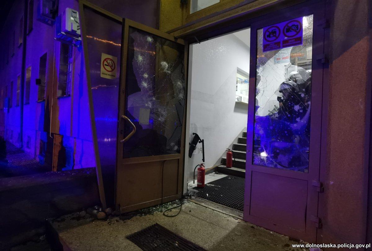 Zamieszki przed komendą policji! To może być początek konfliktu - Zdjęcie główne