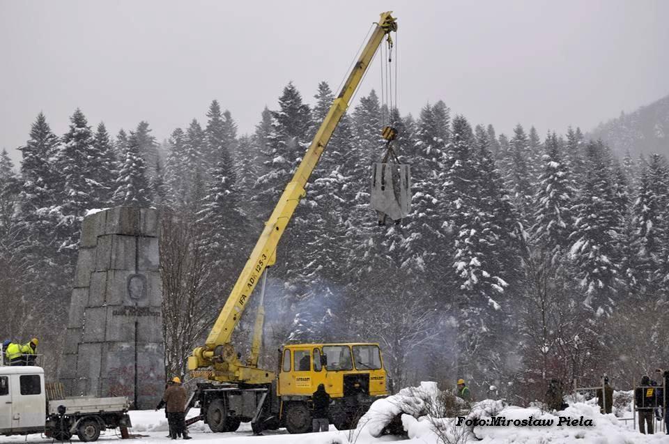 Trwa rozbiórka pomnika Świerczewskiego FOTO - Zdjęcie główne