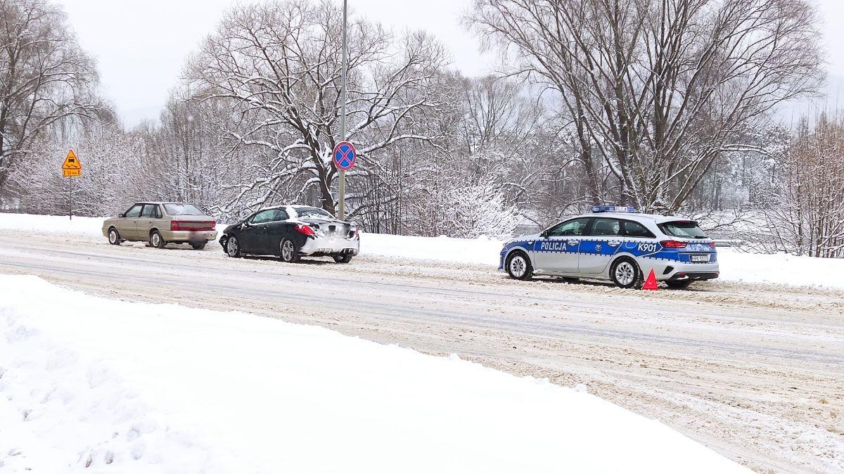 Noga z gazu! Fatalne warunki na drogach [ZDJĘCIA+VIDEO] - Zdjęcie główne
