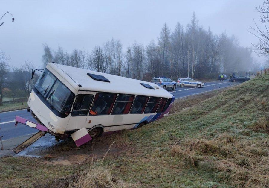 Podkarpacie. Autobus zderzył się z autami - Zdjęcie główne