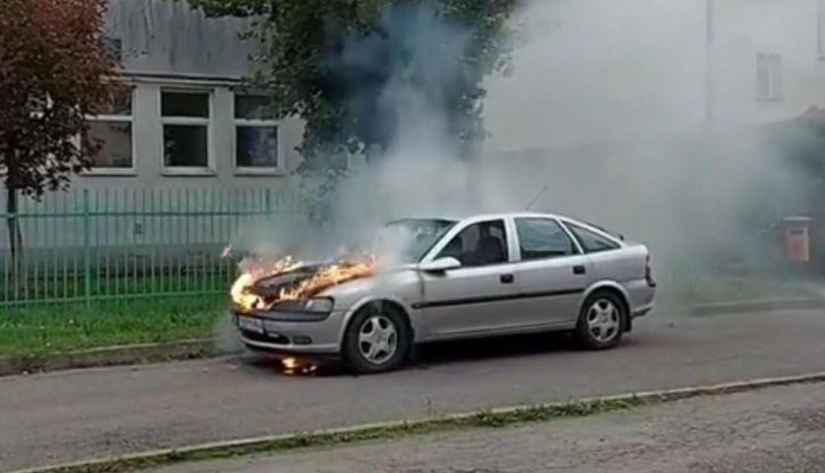 SANOK: Pożar samochodu na ul. Ogrodowej [FOTO+VIDEO] - Zdjęcie główne