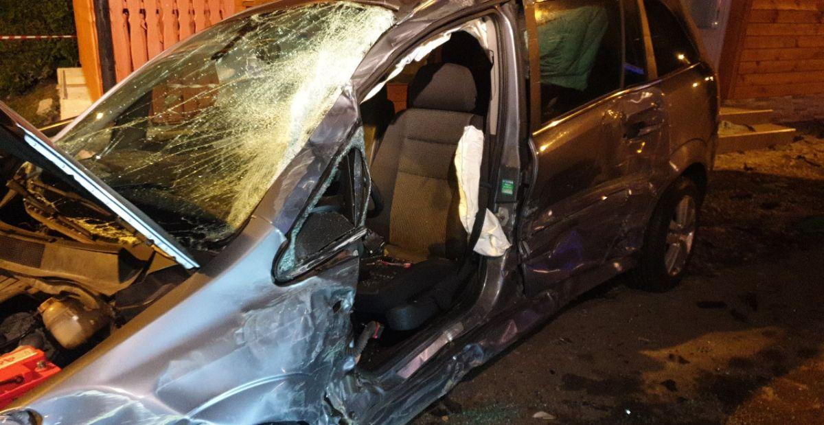 ZARSZYN: Samochód osobowy uderzył w dom. W pojeździe zakleszczona osoba! [FOTO+VIDEO] - Zdjęcie główne