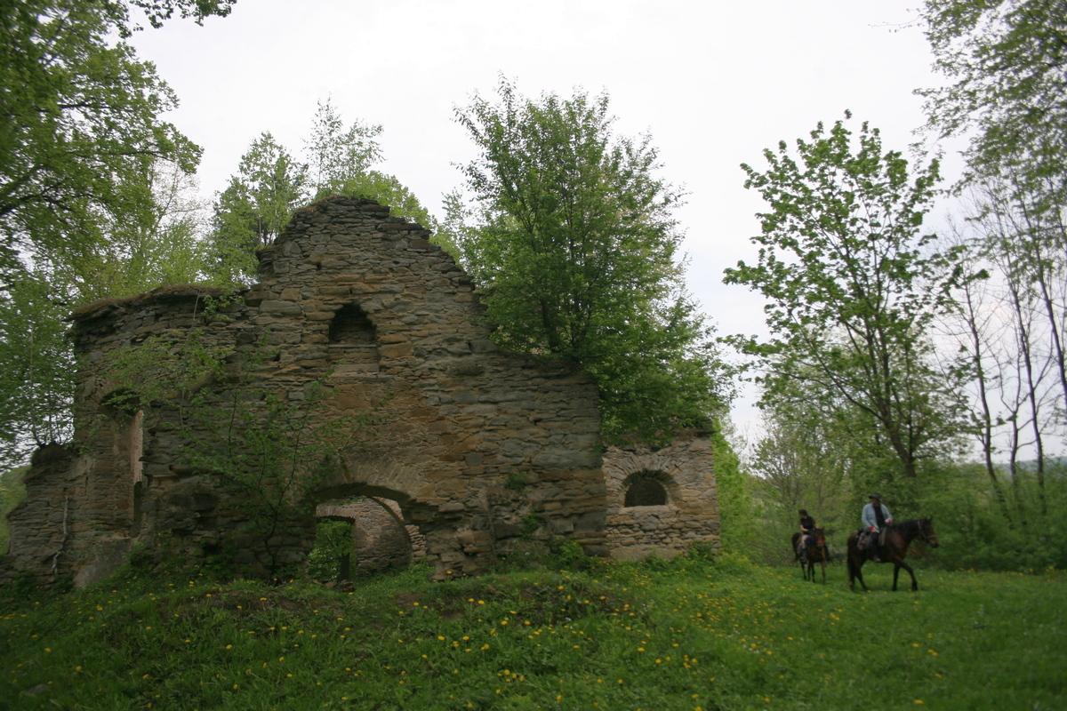 Bieszczady w obiektywie: ruiny cerkwi w Berezce - Zdjęcie główne
