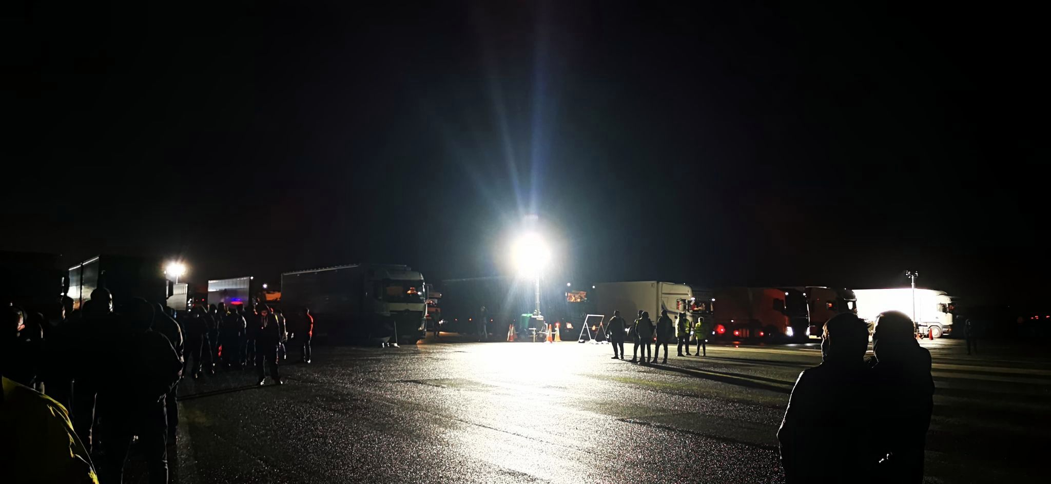 Kierowcy firm transportowych utknęli na lotnisku w Wielkiej Brytanii [VIDEO] - Zdjęcie główne