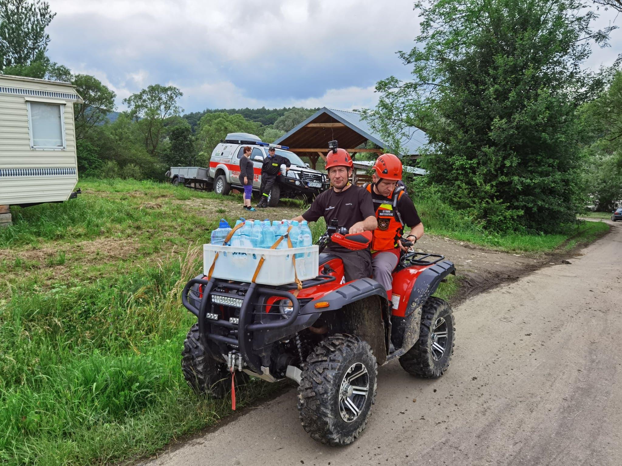 Strażacy dostarczyli żywność odciętemu od wioski mężczyźnie - Zdjęcie główne
