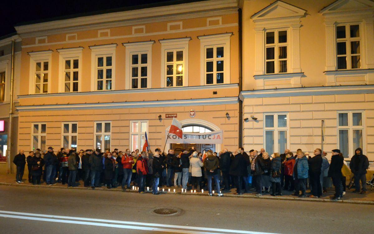 """Protesty w """"obronie sądów"""" w całej Polsce. W Sanoku miała miejsce napaść na protestującego mężczyznę [FOTO+VIDEO] - Zdjęcie główne"""