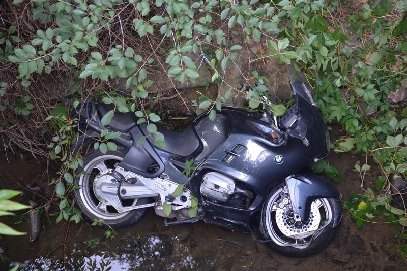 Kolizja w Iwoniczu-Zdroju. Po zderzeniu motocyklista wjechał do rzeki [FOTO] - Zdjęcie główne