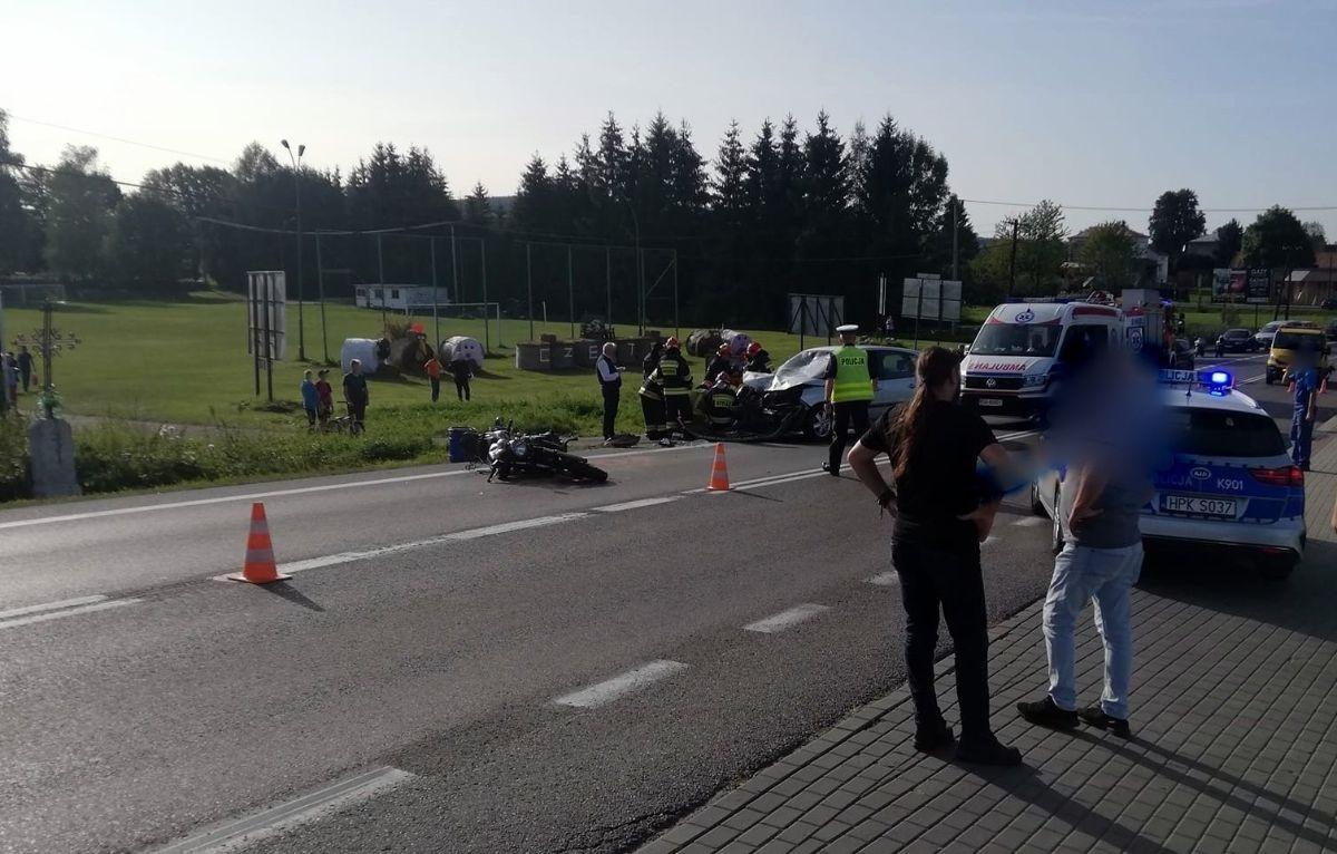 Złamane ręce i noga. Zderzenie czołowe motocykla z osobówką w Zabłotcach [FOTO] - Zdjęcie główne