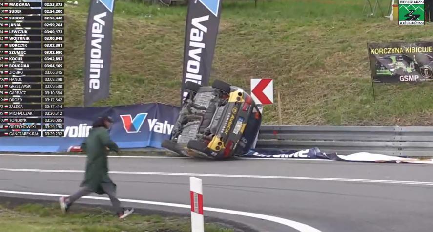 Dachowanie Piotra Ilnickiego podczas 47 Wyścigu Górskiego [VIDEO] - Zdjęcie główne