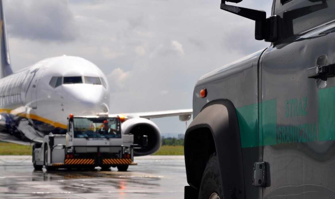 Awantura na płycie lotniska. Zarzuty oraz wysoka kara za znieważenie funkcjonariuszy SG! - Zdjęcie główne