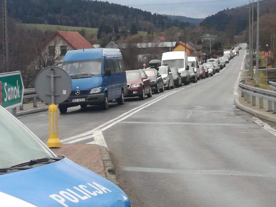 Policjanci kierowali ruchem przy weekendowych utrudnieniach na przejściu granicznym z Ukrainą - Zdjęcie główne