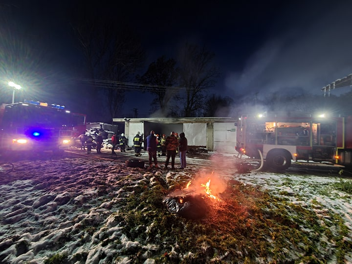 KOSTAROWCE: Pożar w garażu spółdzielni rolniczej [FOTO+VIDEO] - Zdjęcie główne