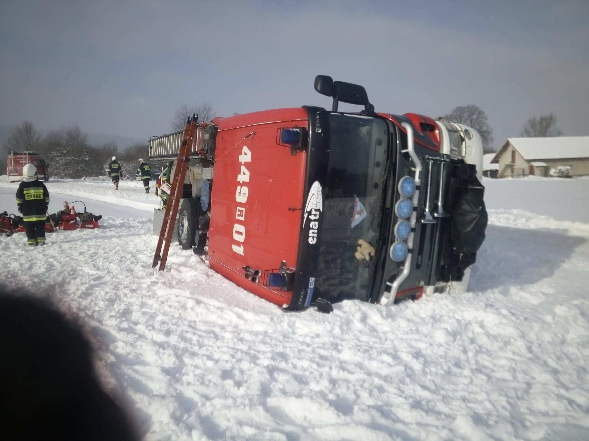 Podkarpacie: Wóz strażacki przewrócił się na bok. Jechali do pożaru - Zdjęcie główne