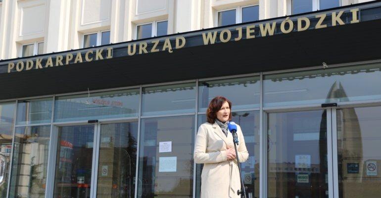 Ewa Leniart przekazała środki ochronne dla placówek pomocy społecznej i ochrony zdrowia - Zdjęcie główne