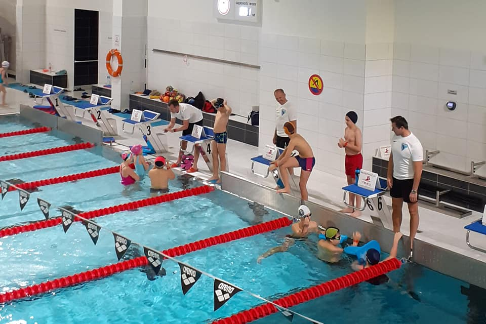 Zajęcia pływackie. UKS Rekiny MOSiR Sanok zaprasza - Zdjęcie główne