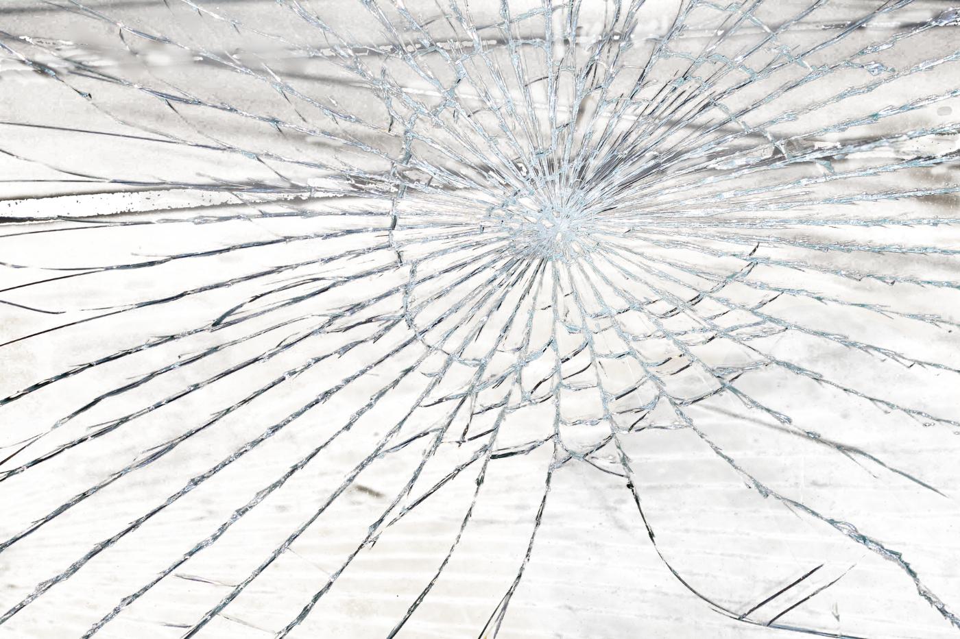 PRZYSIETNICA: 34-latek powybijał szyby i zaatakował ratownika!  [ZDJĘCIA] - Zdjęcie główne