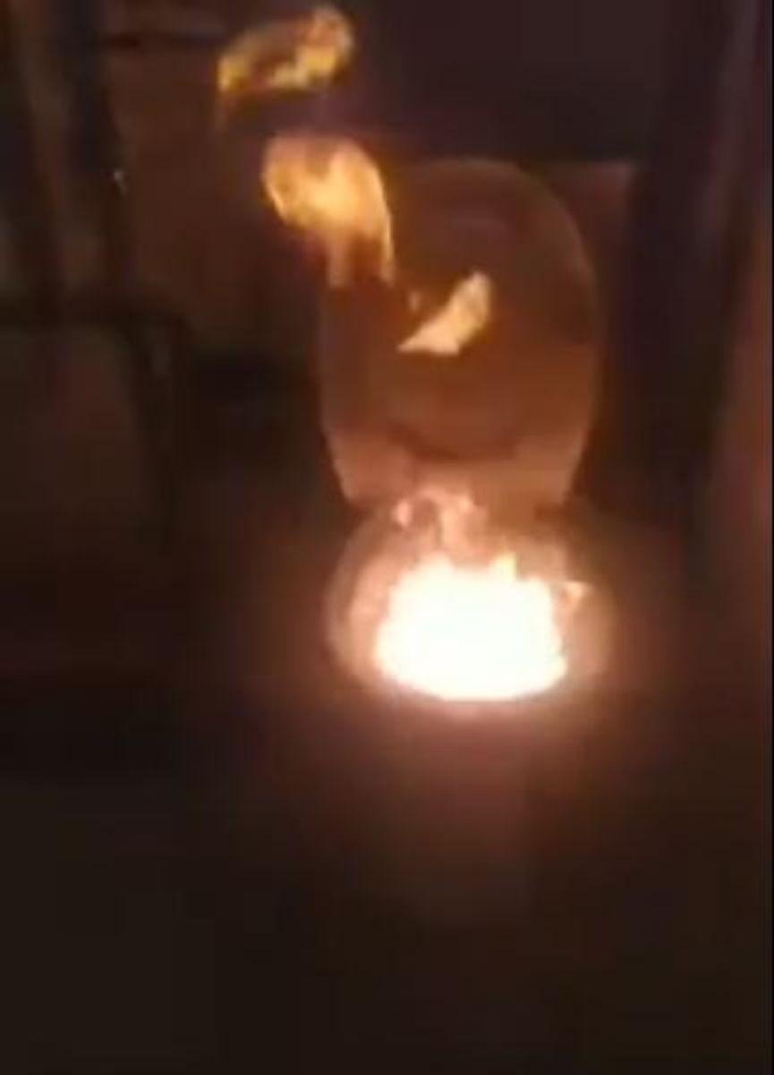 25-latek wzniecił pożar w domu podczas relacji na żywo [VIDEO BEZ CENZURY] - Zdjęcie główne