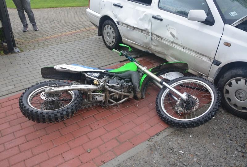 Z REGIONU. Zderzenie osobówki z motocyklem. Kierowca jednośladu trafił do szpitala [FOTO] - Zdjęcie główne