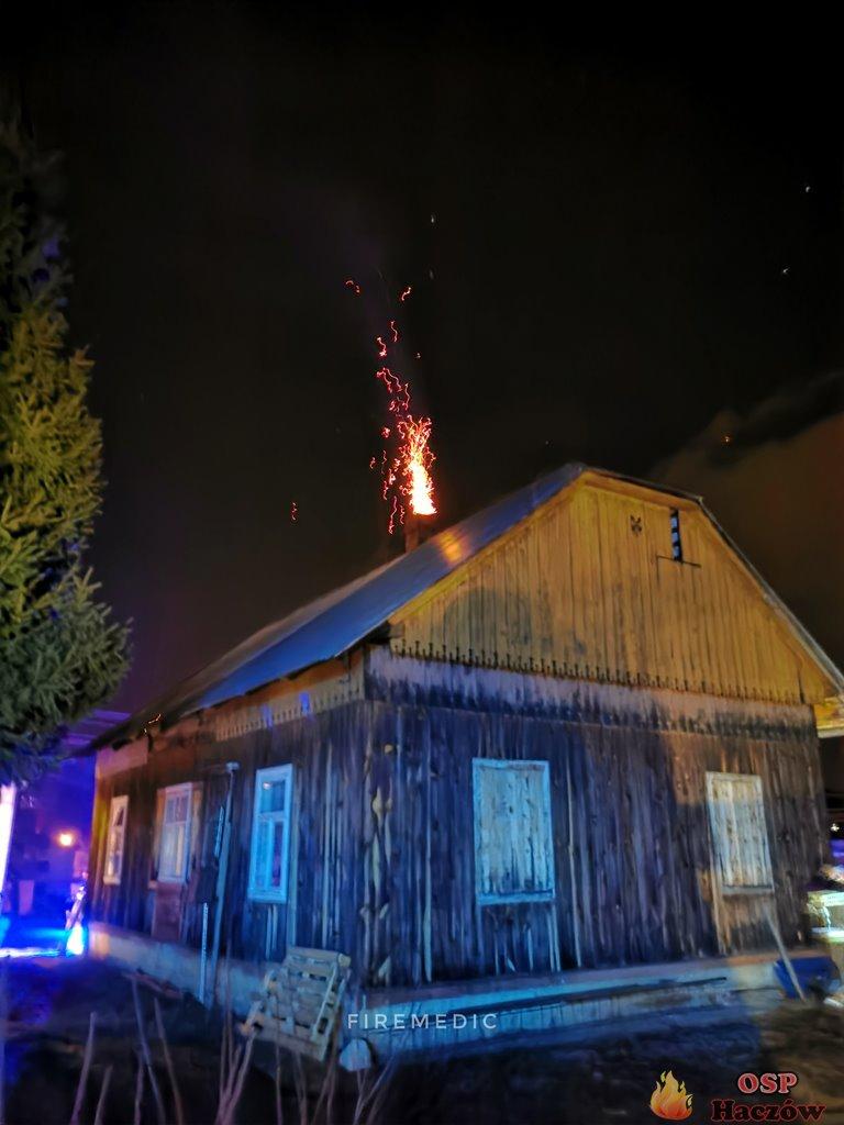 Patrolując okolicę zauważyli ogień wydobywający się z komina [ZDJĘCIA] - Zdjęcie główne