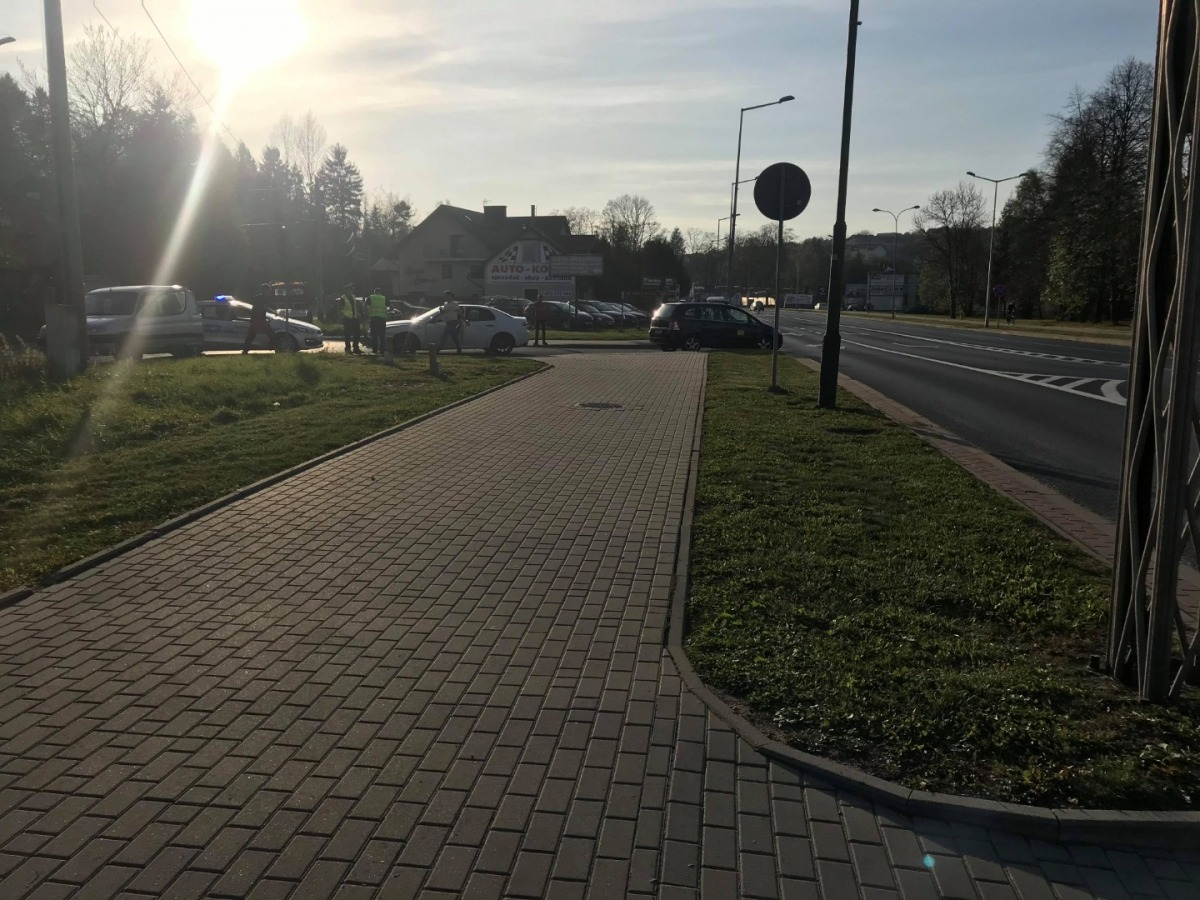 Z OSTATNIEJ CHWILI: Zderzenie dwóch pojazdów na skrzyżowaniu ulic Jana Pawła II i Dmowskiego [FOTO] - Zdjęcie główne
