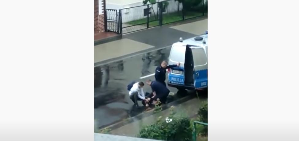 Policjanci udusili zatrzymanego? Szokujące nagranie wideo  - Zdjęcie główne