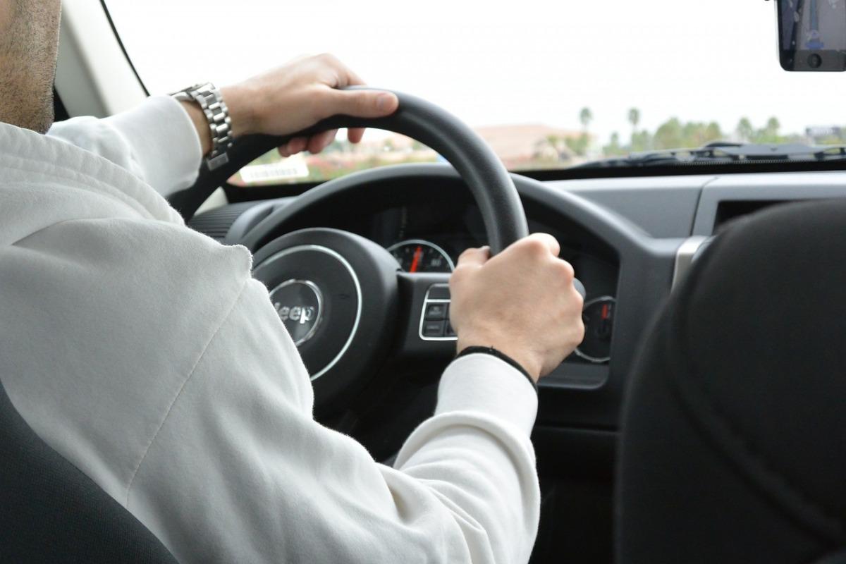 500 zł za nietrzymanie rąk na kierownicy? Jeszcze w tym roku nowe przepisy - Zdjęcie główne