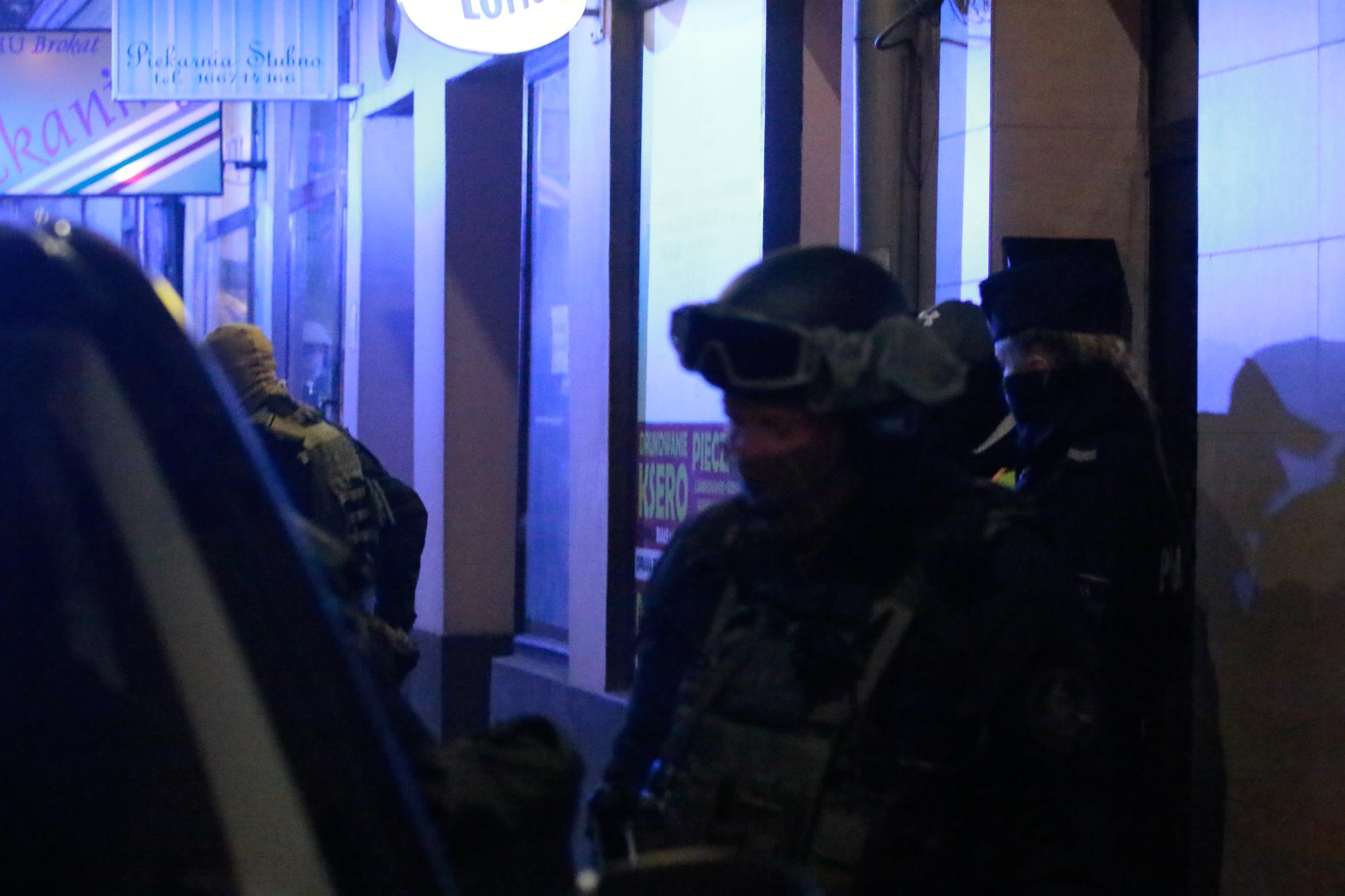 Policja musiała wejść do mieszkania siłą! Desperat z nożem zamknięty w pokoju z synem! - Zdjęcie główne