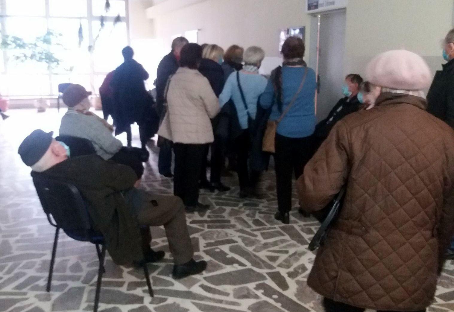 SYGNAŁY CZYTELNIKÓW: Czy tak ma wyglądać akcja szczepienia seniorów? [ZDJĘCIA-WIDEO] - Zdjęcie główne