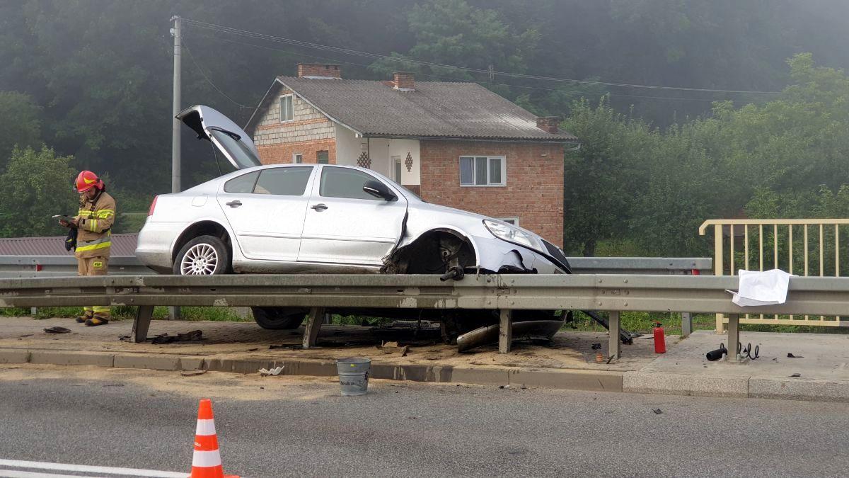 Besko. Samochód zawisł na moście [FOTO+VIDEO] - Zdjęcie główne