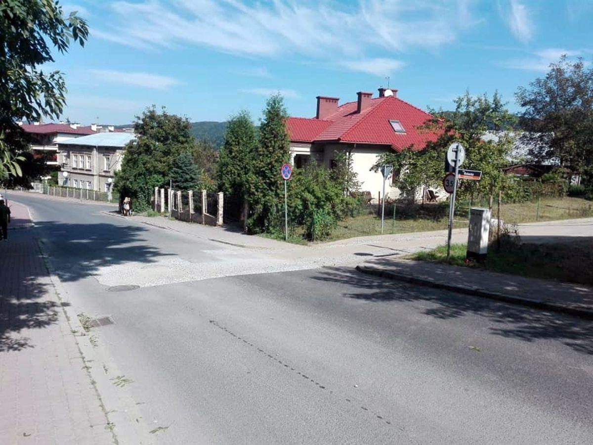 Sygnały czytelników: Uszkodzona nawierzchnia ul. Zamkowej [FOTO] - Zdjęcie główne