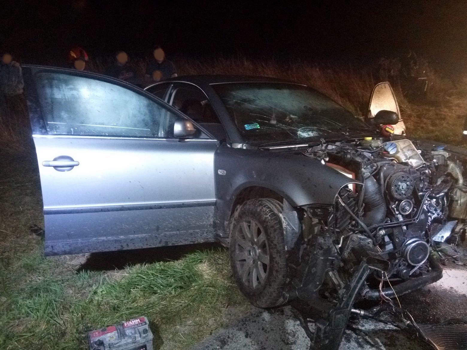 TYRAWA WOŁOSKA: Samochód osobowy wypadł z drogi. Dwie osoby zakleszczone w pojeździe [ZDJĘCIA] - Zdjęcie główne