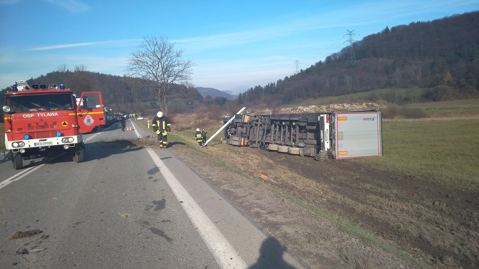 Podkarpacie. Ciężarówki zderzyły się na drodze. Jedna z nich wypadła z jezdni [FOTO VIDEO] - Zdjęcie główne