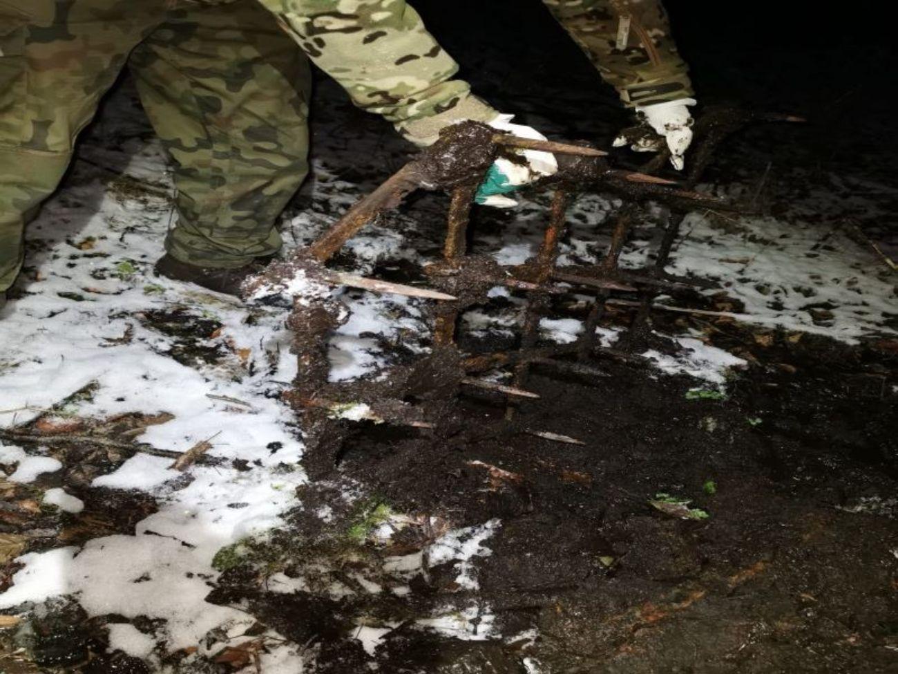 Spacerujecie po lesie? Uważajcie, ktoś zostawia brony na ścieżkach! [ZDJĘCIA] - Zdjęcie główne