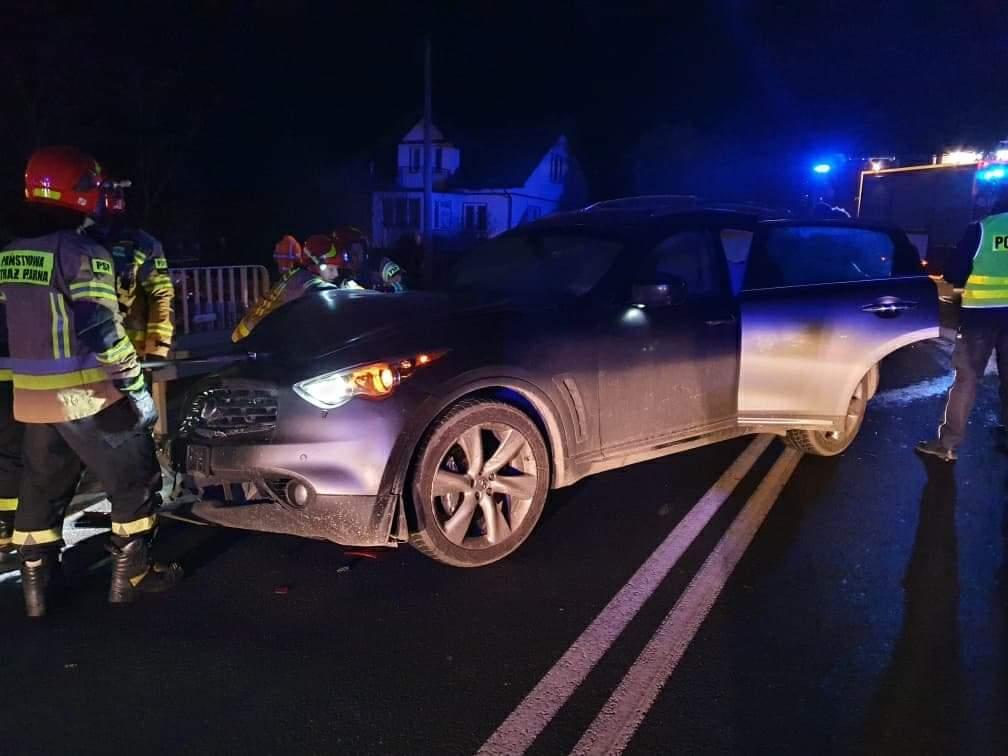 POSTOŁÓW: W wyniku zderzenia samochód wjechał w barierę [FOTO] - Zdjęcie główne