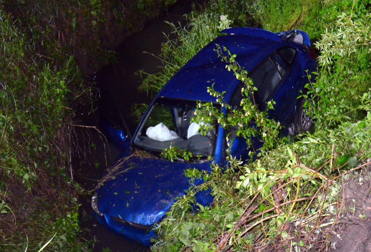 DĘBNA: Kierowca widmo dachował z 5 osobami na pokładzie AKTUALIZACJA [FOTO] - Zdjęcie główne