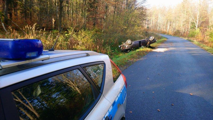 Kierowca samochodu dachował w Braniowie  - Zdjęcie główne