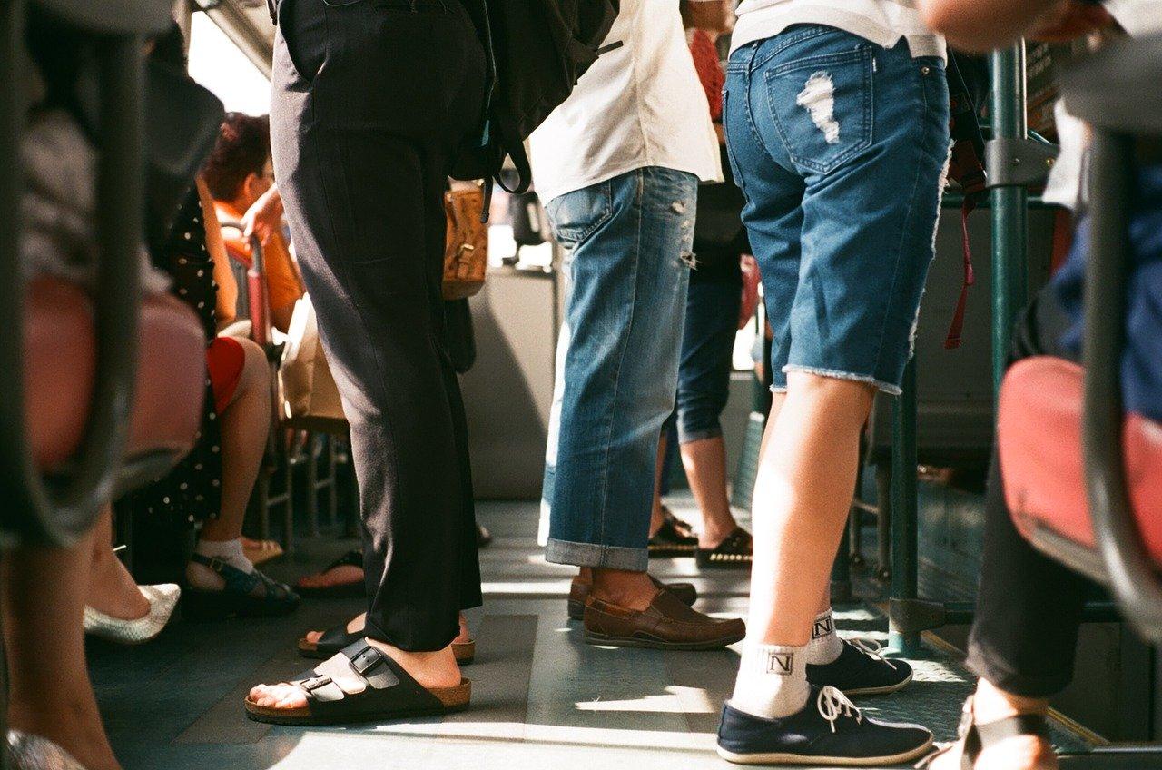 Korzystając z miejsc publicznych pamiętajmy o zachowaniu dystansu - Zdjęcie główne