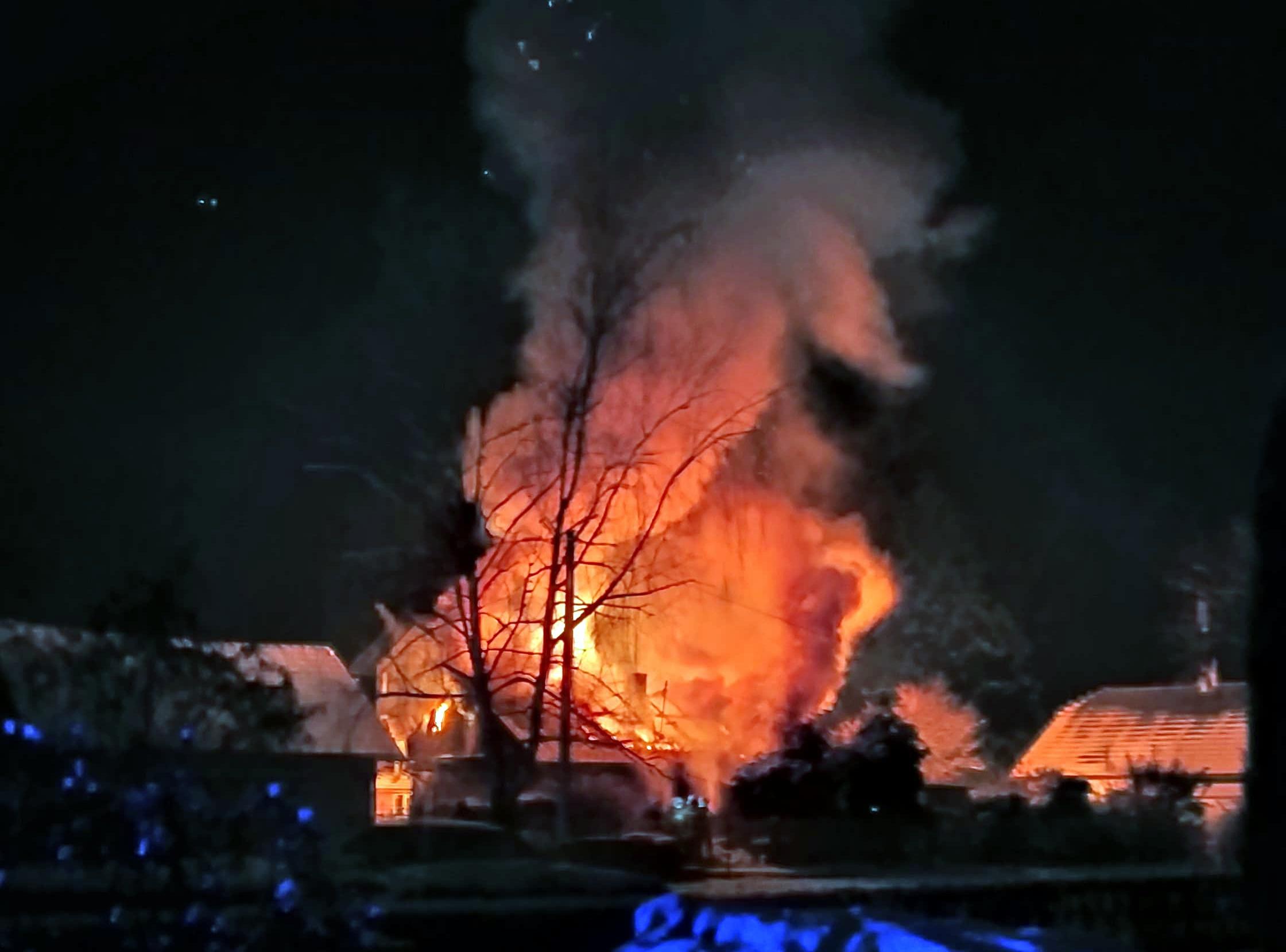 TERAZ: Pali się budynek mieszkalny w Zagórzu [FOTO] - Zdjęcie główne