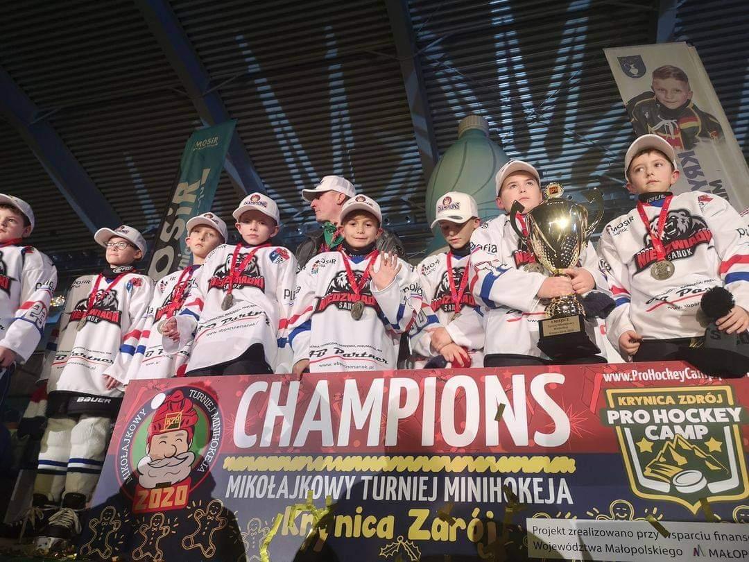 Niedźwiadki triumfują w turnieju minihokeja w Krynicy - Zdjęcie główne