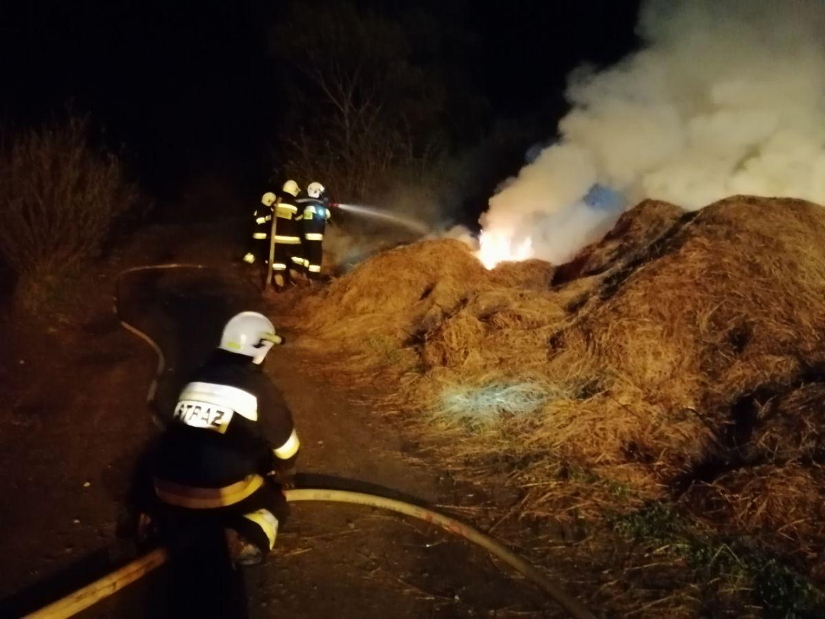CZASZYN/MOROCHÓW: Pożar siana przy drodze gminnej [FOTO+VIDEO] - Zdjęcie główne