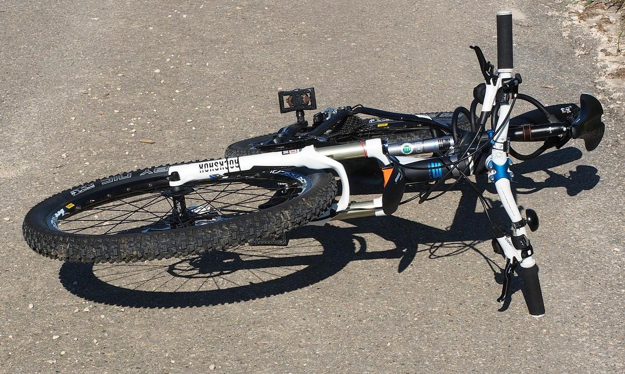 Potrącenie rowerzysty przez motocyklistę na serpentynach  - Zdjęcie główne