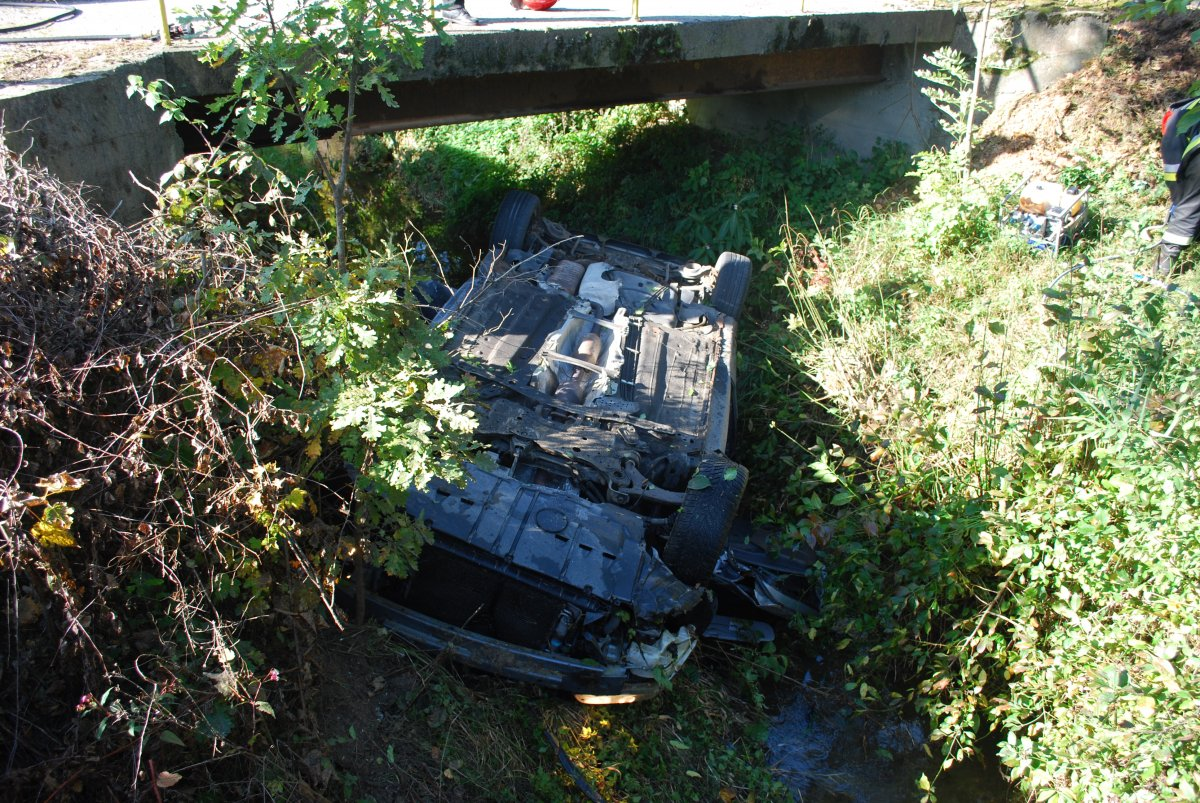 GMINA ROPCZYCE: Stracił panowanie nad pojazdem, dachował i wpadł do rzeki  - Zdjęcie główne