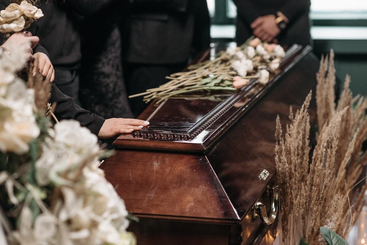 Podczas pogrzebu upuszczono TRUMNĘ z CIAŁEM!  - Zdjęcie główne
