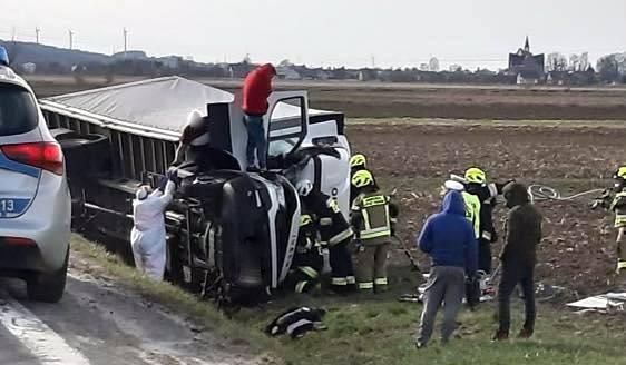 ZARSZYN: Samochód dostawczy wpadł do rowu. Kierowca był przygnieciony!  - Zdjęcie główne