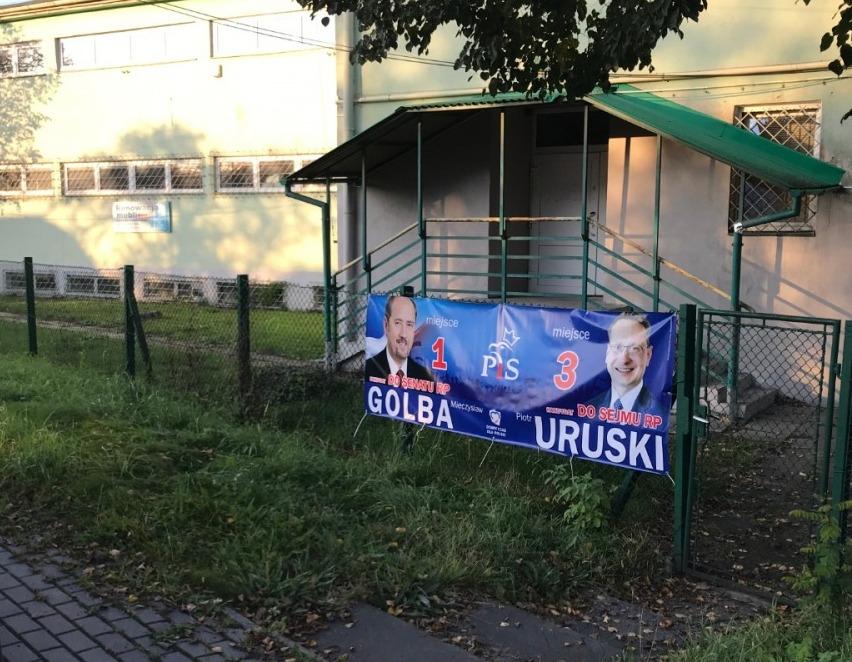 """SYGNAŁY CZYTELNIKÓW: Baner wyborczy powieszony """"na dziko""""!  [ZDJĘCIA] - Zdjęcie główne"""
