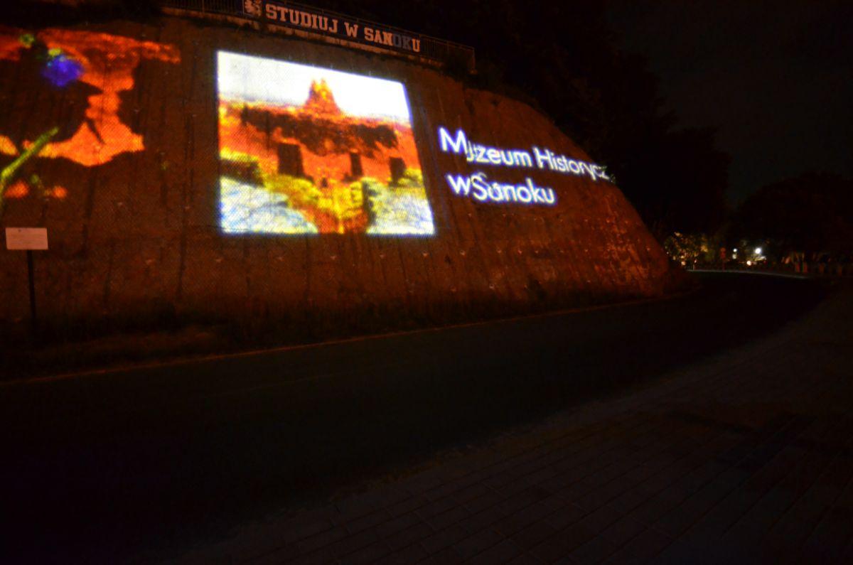 Slajdy promujące Sanok wyświetlane na skarpie nad Sanem [FOTO+VIDEO] - Zdjęcie główne