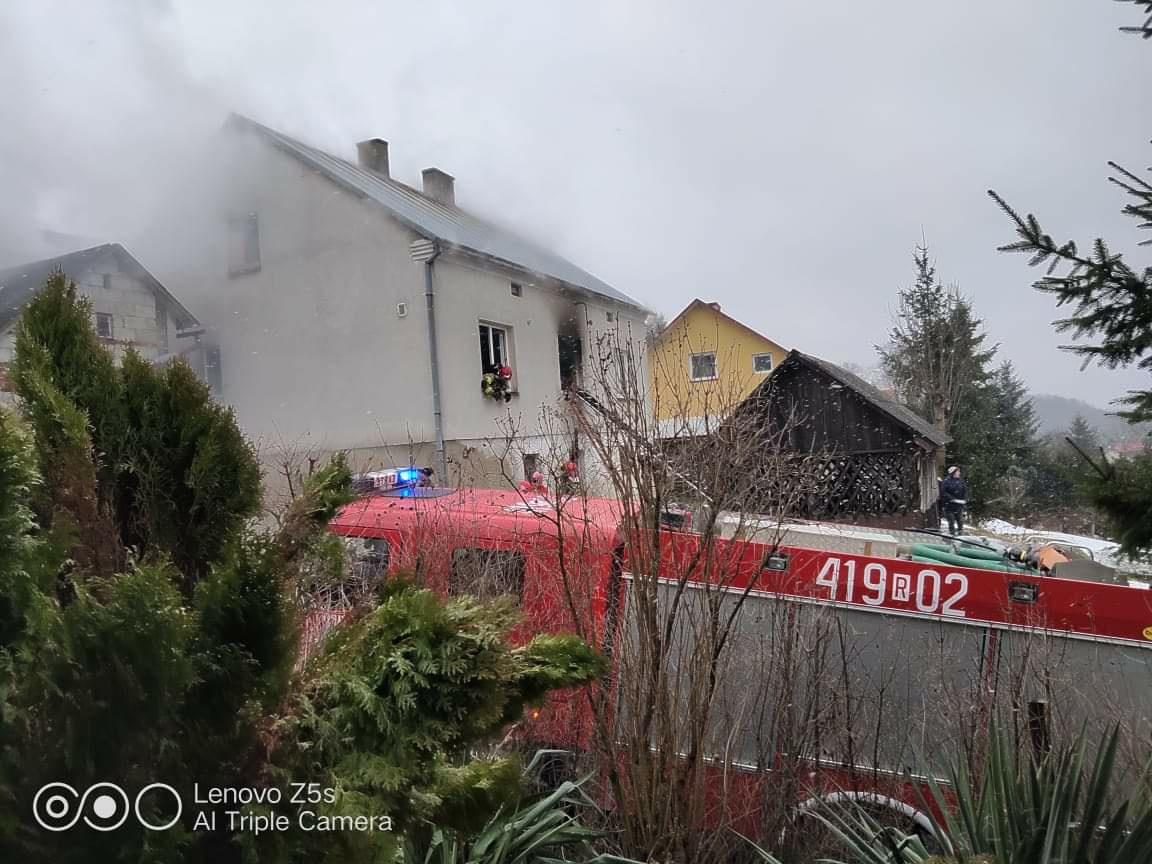 Dramatyczna walka o uwięzionych ludzi w pożarze domu w Przysietnicy [ZDJĘCIA+WIDEO]  - Zdjęcie główne