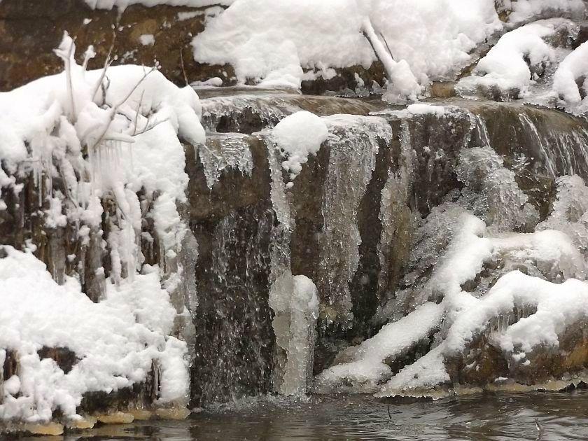Zimowy wodospad w Uhercach Mineralnych [FOTO] - Zdjęcie główne