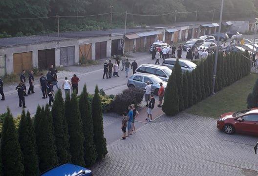 Bitwa Mielczan z mniejszością romską! Wjechał samochodem w grupę ludzi [WIDEO] - Zdjęcie główne